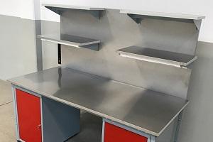 stół do pracy w pokoju chemicznym